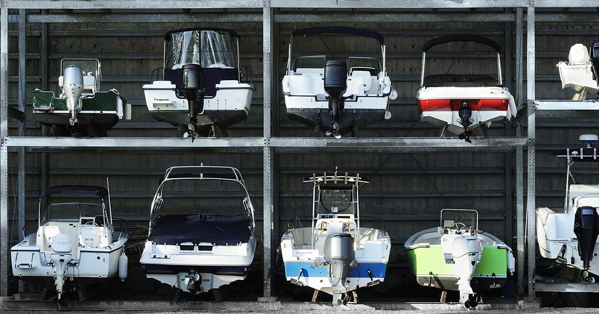 Båtopplag i Kragerø. Store metallhyller hvor båter lagres for vinteren.